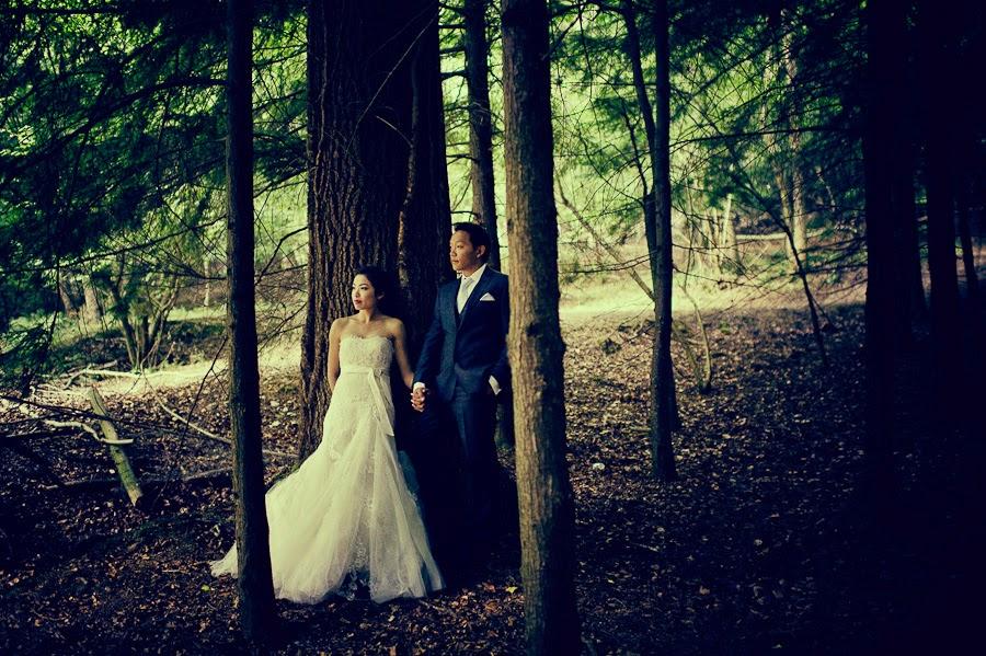 Prewedding photographer in woods