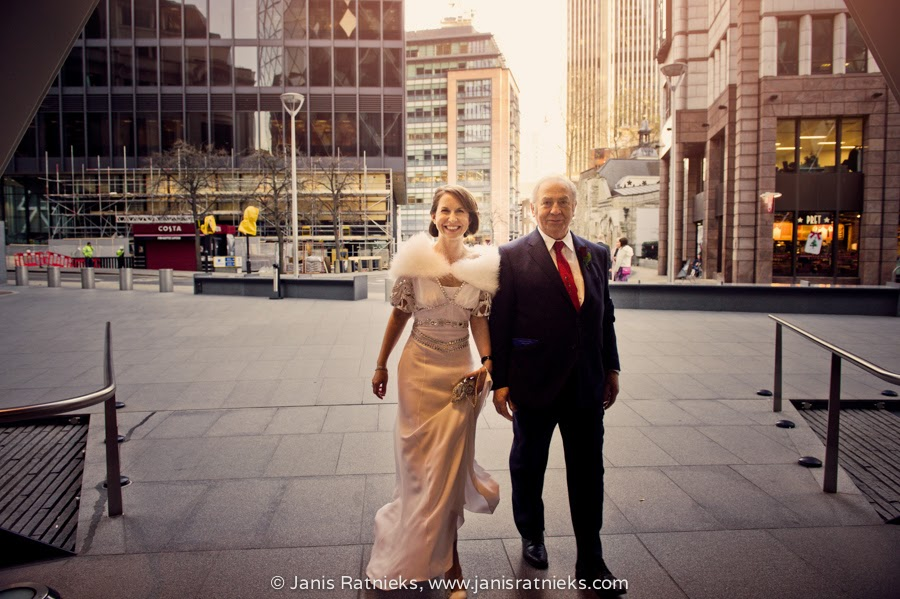 bride arriving with father at The Gherkin
