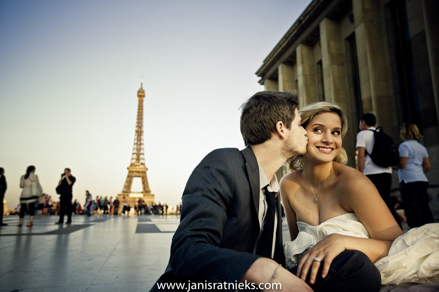 Trocadero wedding photos with Eiffel tower in the back
