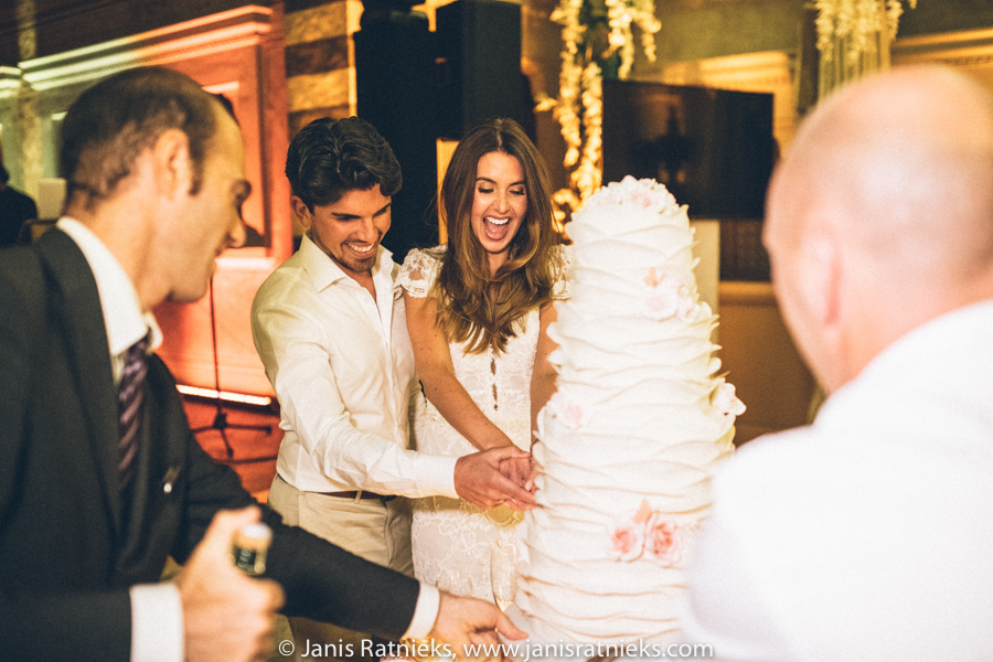 Florence wedding cutting the cake